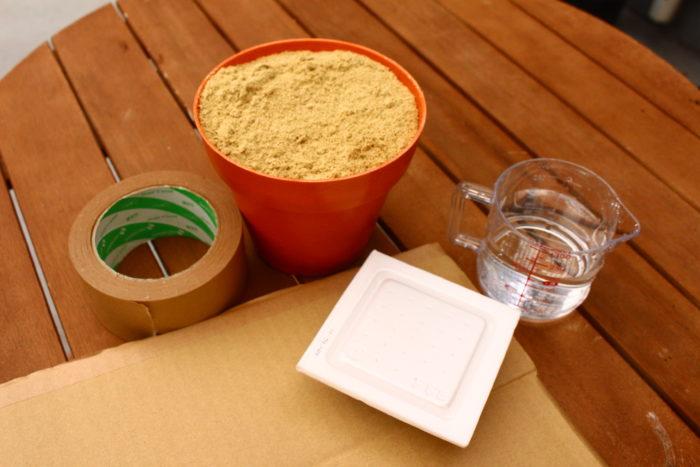 材料  米ぬか 1000g  水   500~800cc  納豆  1/4~1パック  段ボール(30×20×20cm)  ガムテープ  (用意する米ぬか、納豆の量はだいたいの目安で構いません。)