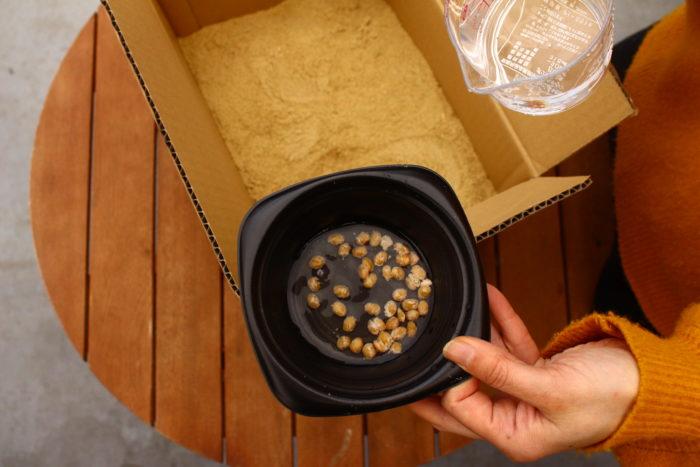 米ぬかに混ざりやすいよう納豆に少量の水を入れて、米ぬかに加えます。