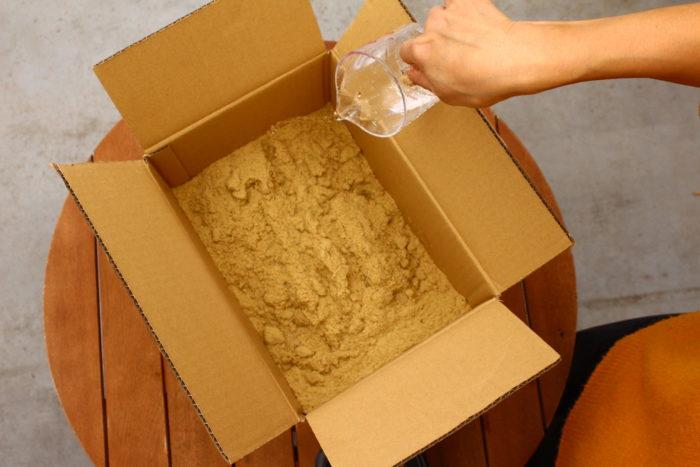 米ぬかを発酵させるために必要な水を入れます。