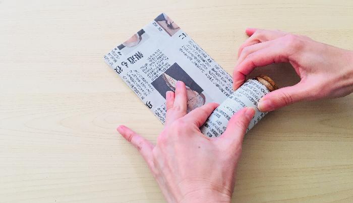 2. 小瓶に新聞紙を巻きつけていきます。