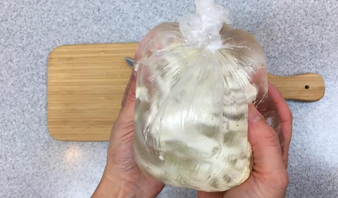 10~20分ほど浸けおきした後、袋を揉み込むようにして洗い、最後に流水で綺麗に流します。