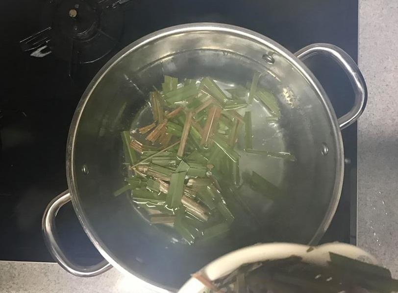 ③鍋にお湯を入れて沸かします。沸騰したら、先ほど洗ったレモングラスを投入。