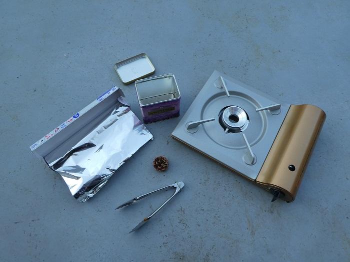1.材料  ・アルミホイル ・卓上コンロ ・大きめの缶  ほかに軍手やトングなどがあると便利です。