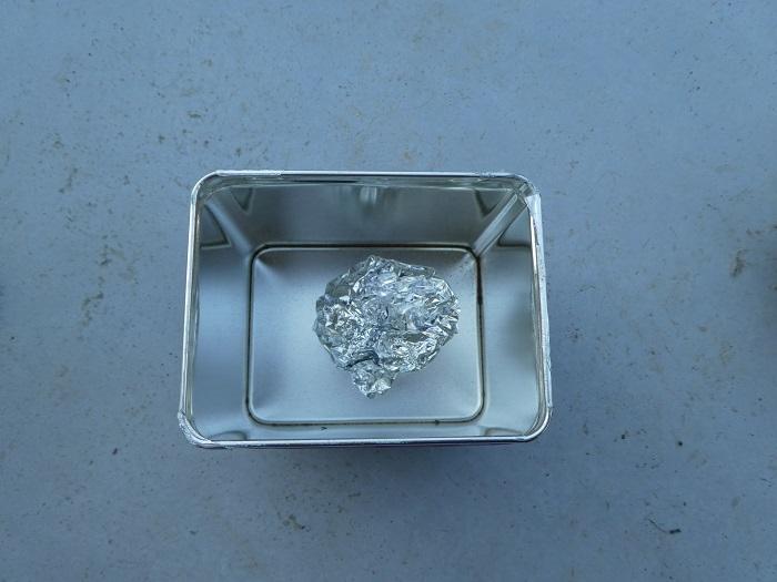 2.焼く準備をする  炭にしたいものをアルミホイルでふんわり包んで、缶に入れます。缶のフタは、しっかり閉めずにかるく乗せる程度にしておきます。