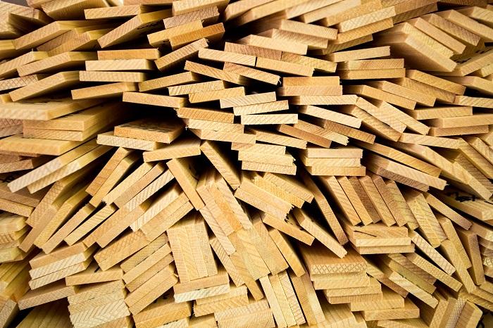 天然木の素材 天然木は断熱性能が優れているので、冬暖かく夏涼しいという快適な環境を作り出します。木の香りもアロマ効果をもたらしてくれます。天然木にはソフトウッドとハードウッドがあり、レッドシダーなどのソフトウッドはDIYにもよく使われます。安価で加工もしやすいのですが、腐りやすく耐久性が低いので、ウッドデッキにはあまりおすすめできません。そのため、ハードウッド系の素材を使うことが多く、サイプレスやウリンなどがよく使われます。これらの木材は20年はもつと言われています。  人工木の素材 人工木は劣化しにくく、メンテナンスの必要はほとんどありません。水にも強いのでごしごし洗えます。清潔に保ちやすいのですが、夏は暑く冬は冷たくなりやすく、自然の風味が感じられないのが難点です。しかし最近では見た目も天然木に近づけた素材が開発されているので、自分に合った素材を探してみてもよいかもしれません。  「湿気の多い地域に住んでいる」「毎週末バーベキューをしたい」といった使用頻度や、子供やペットがいるなどといったそれぞれの環境・生活条件によって選ぶとよいでしょう。どちらの素材も経年変化による色あせは発生するので、定期的な塗装は必要となります。