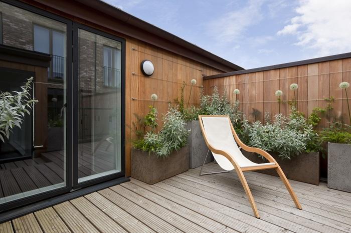 ウッドデッキは雨風にさらされるので、塗装がはがれ腐食したり、日焼けしたりすることがあります。そのため、なるべく高耐久の素材を選ぶことが大切です。素材には天然木と人工木があります。