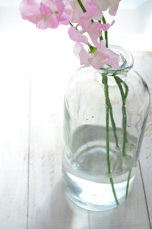 花瓶の水の量は少なめの「浅水」で生けます。