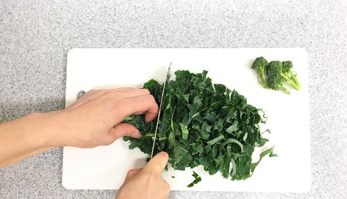 ブロッコリーの葉を適当な大きさに切ります。ブロッコリーの花蕾(からい)は、房ごとに切り分け、軽く下茹でして下さい。