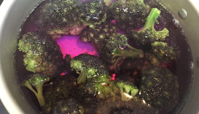 普通に茹でた茹で汁は、カリフラワー(バイオレットクィーン)の色素が落ちて青色になりますが、酢を入れた方はピンク色に染まります。茹でているだけで何だか実験気分を味わえます。
