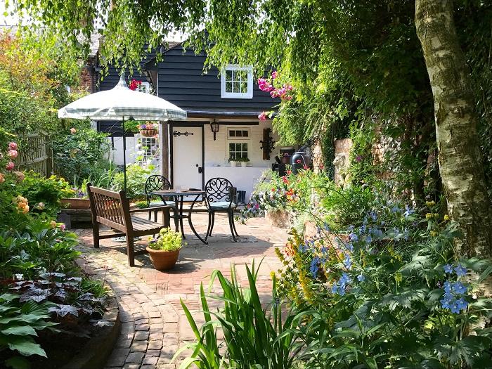 イングリッシュガーデンとは、ガーデニングが盛んなイギリスでよくみられる自然美をたたえる庭のことを言います。田舎の風景が庭で楽しめるように作られるコテージガーデンやカントリーガーデンといった言葉も似たような意味合いです。18世紀~19世紀に始まったイギリス式庭園(風景式庭園)の流れを汲んだもので、イタリア式庭園やフランス式庭園の幾何学的な様式とは異なり、自然のままの植物や花を楽しめる庭です。
