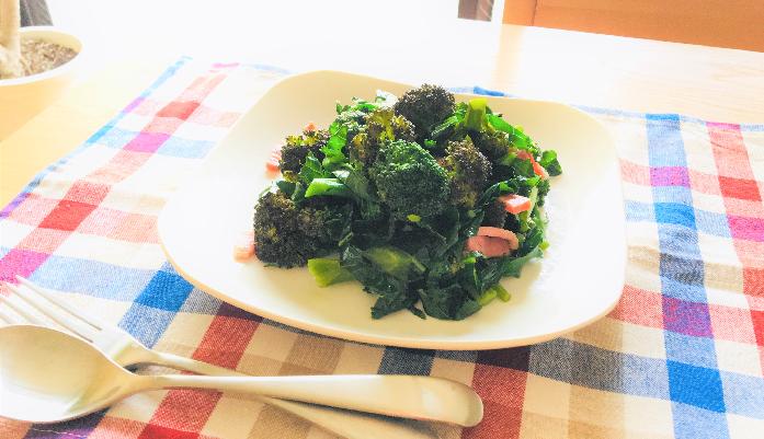 下ごしらえの後はお好みでオリーブオイルでベーコンを炒め、刻んだブロッコリーの葉と下茹でしたブロッコリー、カリフラワー(バイオレットクィーン)を加えて、塩コショウで味付けすれば出来上がり。今までブロッコリーの葉をどうして食べなかったのか不思議なくらい。甘くて美味しいブロッコリーの葉なんです。