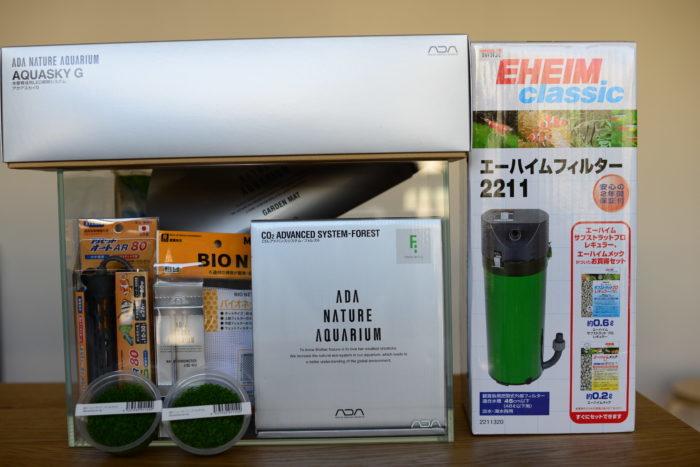 今回使用する器具をご紹介しますが、必ずこれではいけないということはありません。ショップに行けばスターターセットが売っていますので、スタッフの方に聞きながら器具を揃えると良いと思います。こちらが今回使う器具です。  ・水槽→ADA、キューブガーデンミニM  ・水槽用敷きマッット→ADA、ガーデンマット  ・照明→ADA、アクアスカイ361G  ・濾過器→エーハイム、2211  ・CO2添加器→ADA、CO2アドバンスシステム-フォレスト  ・低床→アクアソイルアマゾニア、パウダータイプ  ・ヒーター→エバリス、プリセットオートヒーターAR80  ・水温計→ADA、NAサーモメーター