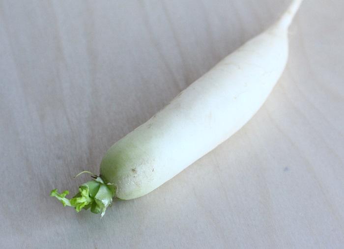 すずしろ ダイコン(大根)学名:Raphanus sativus var. longipinnatus(アブラナ科)  アブラナ科の二年草で、蘿蔔や清白とも書きます。ダイコンのことです。カブと同じく肥大した根を食用にします。花は紫か白で、形状はカブの花にも似ています。