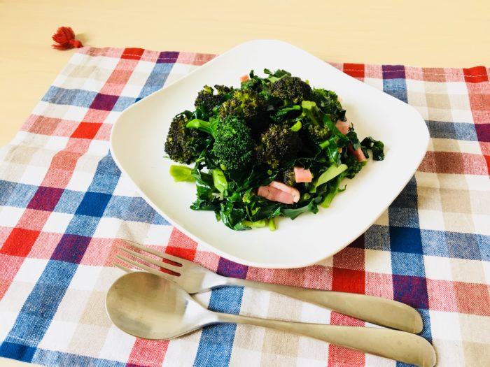 材料 ・ブロッコリーの花蕾(からい)と葉  ・ベーコン  ・塩コショウ  ・他お好みの野菜(今回は赤カリフラワーを使用)