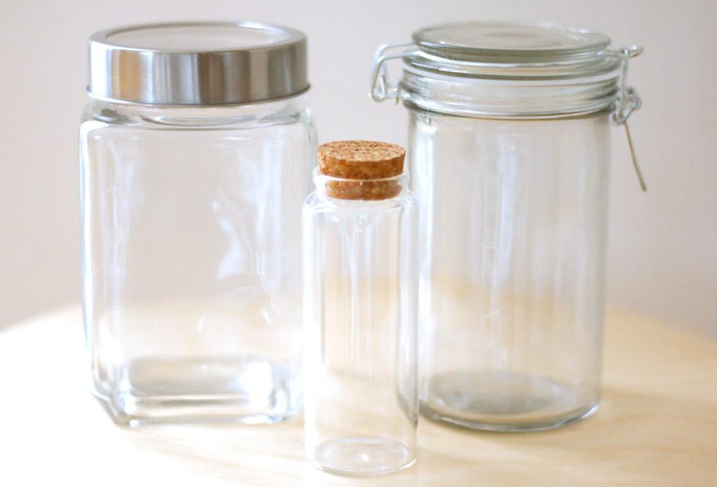 テラリウムの容器は、初心者にはプラスチック容器より、ガラス容器でふた付きのものが管理しやすくおすすめです。ゴムパッキンが付いているものは気密性が高すぎるので、コルクのふたやガラスふたが向いています。スクリュータイプのふたは強くは閉めず、緩くはめるくらいの感覚でふたをします。中に入れる植物は苔以外にジュエルオーキッドや、シダの仲間、マメヅタが向いています。