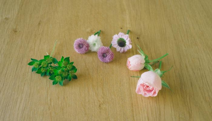 お花を茎の部分を2-3cm残して斜めにカットします。ワイヤーを巻くので、若干茎を長めに残した方が作業しやすいです。余分な葉っぱがある場合には取ります。