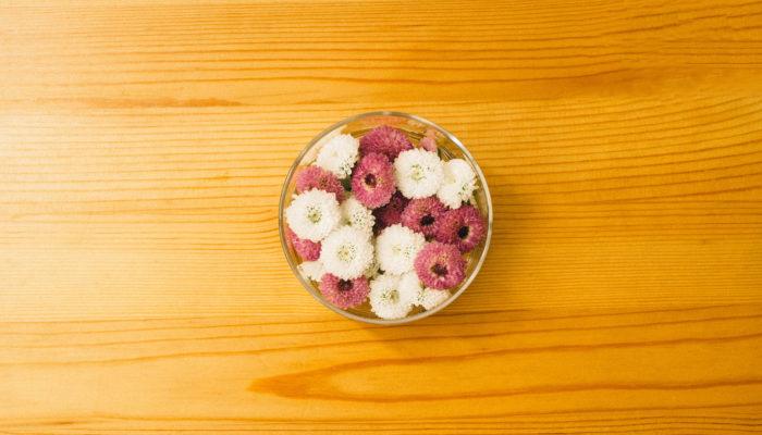 スプレー咲きのひとつひとつのお花は小振りで愛らしい印象があります。小分けに切り分けて集めてお水に挿すだけでも可愛いですね。