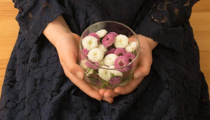 一度作り方を覚えてしまうと、たくさんのアレンジができるお花を使ったアクセサリー。お花をちょっと身辺に添えるだけで、気分も華やぎます。子どものお誕生会、お友達とのパーティー、謝恩会や卒業パーティーなど、普段とは違う特別なお祝いの席に、アクセサリーとしてお花を身に付けるだけで、お祝いの気持ちと一緒にまわりにも幸せが届くかもしれません。