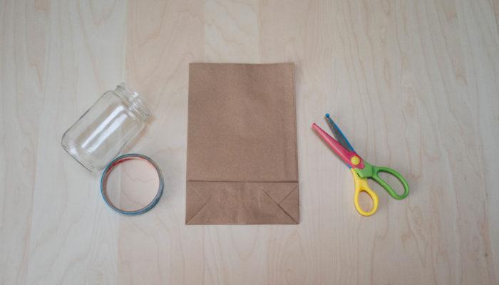 100円ショップで見つけることのできる茶色のクラフト袋を利用して、お花のラッピングバッグを作ります。ストック、スイトピーを飾ります。