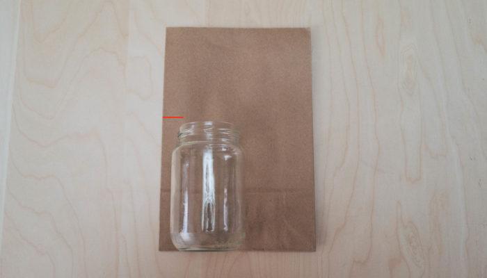 1. 空き瓶をクラフト袋の底辺に置いて、空き瓶が隠れるように、空き瓶の高さの少し上に鉛筆で印をつけます。ストック、スイトピーを飾ります。