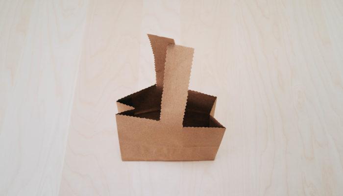 4. ストック、スイトピーを飾るクラフト袋を縦に置いて開きます。