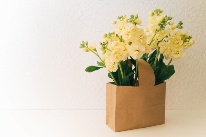 八重咲のストックはボリュームがあるので、あふれんばかりの花かごをイメージして、先ほどのクラフトバックに飾り付けしてみました。この場合はペーパーバッグに入れる空き瓶も2つ用意します。春を感じさせるクリーム色のストックです。お庭でたくさん花を咲かせたストックをお家に飾り付けても素敵ですね。