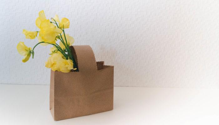 ヨーロッパでは、ベッドルームなどにも飾り、ルームフレグランスとしても楽しまれているお花スイトピー。その姿も愛らしく、薄い花びらが蝶々のようでもあり、見ているだけで春のそよ風を感じられるお花です。今回は陽の光にあたると、黄金色にも見える美しいイエローのスイトピーを飾ってみました。