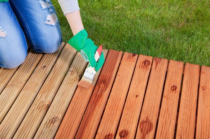 デッキに天然木を使用した場合、経年劣化により床がささくれだち、とげが刺さることがあるので気を付ける必要があります。また木材の表面が退色したり腐食したり、コケが生えたりすることがあります。コケが生えた場合は高圧洗浄などで取り除くことができます。退色した部分には、はっ水効果のあるオイルステインを塗るとよいでしょう。腐食してしまった場合は倒壊の危険性があるので、腐食箇所を取り換えることをおすすめします。その時には自分でやろうと思わず、業者の人にお願いしましょう。木材は、塗装や防腐剤などを塗っておくことで寿命を延ばすことはできますが、どうしても劣化してしまいます。そのために3年おきごとの点検を。ニスや防腐剤を塗った時には、子供やペットが舐めてしまわないように気をつけましょう。