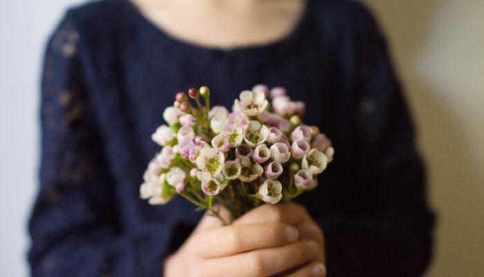 最近「花育」という言葉をよく目にするようになりました。調べてみると、花を通して自然とのふれあいを直接体験しながら幼児期に大切なことを植物から学ぶことを目的にした教育活動のようでした。私も子どもの頃、自然の緑や花に見るだけでなく手で触れて接することで、小さいながらも植物に感性を刺激してもらったことを思い出します。植物を飾って楽しむだけでなく触れたり身に付けたりすることで、豊かな感性が養えるって素敵ですね。