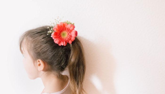 ポニーテールにして、ヘアゴムを隠すようにして髪飾りを挿しています。