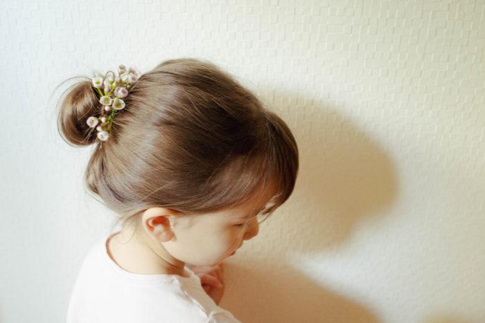 娘はバレエを習っているお友達がよくしているヘアアレンジがとても気になるようです。「バレエの発表会みたいなヘアアレンジにして!」とリクエストがありました。髪をシニヨンにしてワックスフラワーをワイヤリングしたものを、そのまま髪に挿してみました。