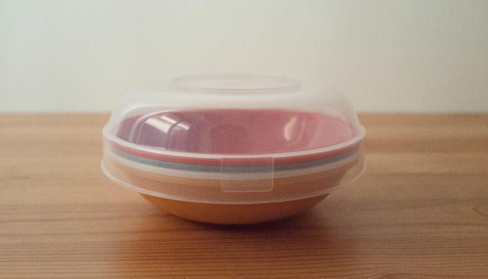 ナチュラルキッチンには、天然素材ばかりでなく、華やかな気分になれるカラフルなピクニックアイテムもあります。