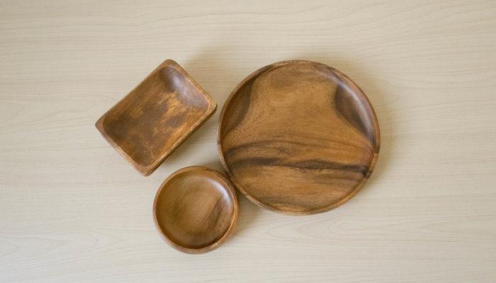 たとえば、キャンプのテーブルをおしゃれに演出してくれる木製の食器。ナチュラルキッチンにはアカシア素材の食器がたくさん揃っています。洗った後、すぐに乾いてくれるのも嬉しい♪