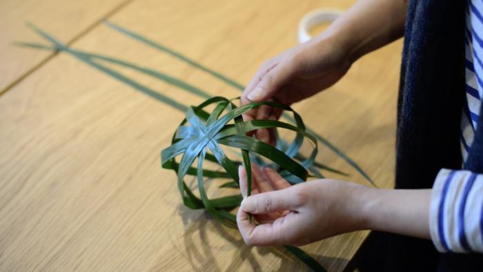5.球体になったハランの縦の葉に交互になるように、ワイヤーを通していない葉を織るように重ねてゆきます。