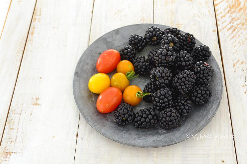 雨が続くと収穫時の黒い実がカビることがあります。雨上がりは、カビている実がないかをチェックして、見つけたら取り去って、他の実に伝染しないようにします。