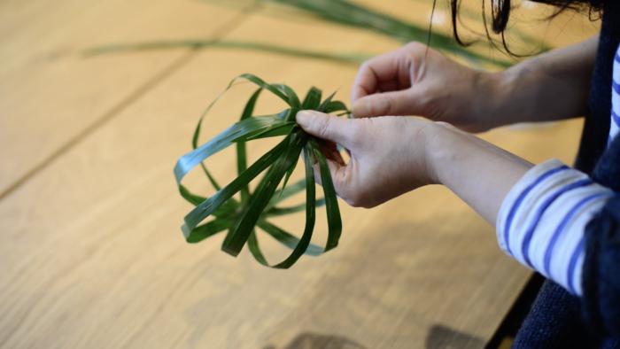 4.ワイヤーを通した葉が球体になるように丸く形を作ります。形を作ったら束ねてワイヤーをひとまとめにします。