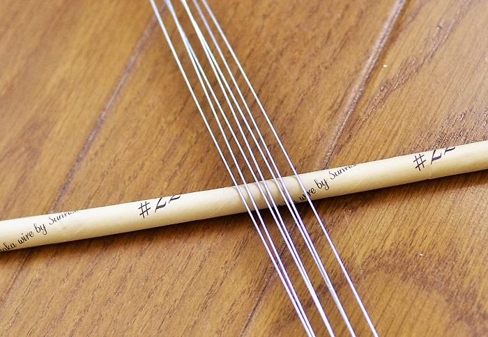 思い切った裏技としては、ラナンキュラスの茎にワイヤーを仕込みます。