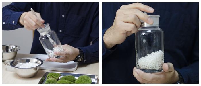 ケイ酸塩白土をビンの底に敷いていきます。今回は斜面のある世界を作るので、玉砂利を斜めになるように入れていきます。