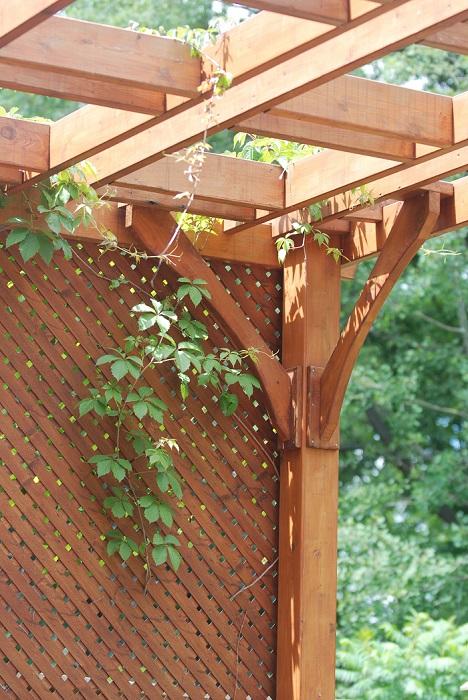 木材…天然の木材を使う場合は、ハードウッドと呼ばれる耐久性の高い木材を使用します。風雨にさらされると劣化するのでメンテナンスが必要です。自然素材なので、植物との相性は抜群です。