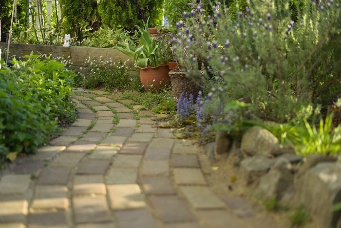 曲線を作りやすく、温かみのある風合いで洋風の外観にはぴったり。グリーンにもよく似合うのでナチュラルガーデン風のお庭にはおすすめの素材。