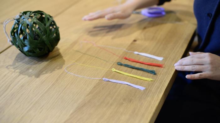 8.5色の糸または紐(毛糸などでも可)をくす玉の下に結び付けたら完成です。