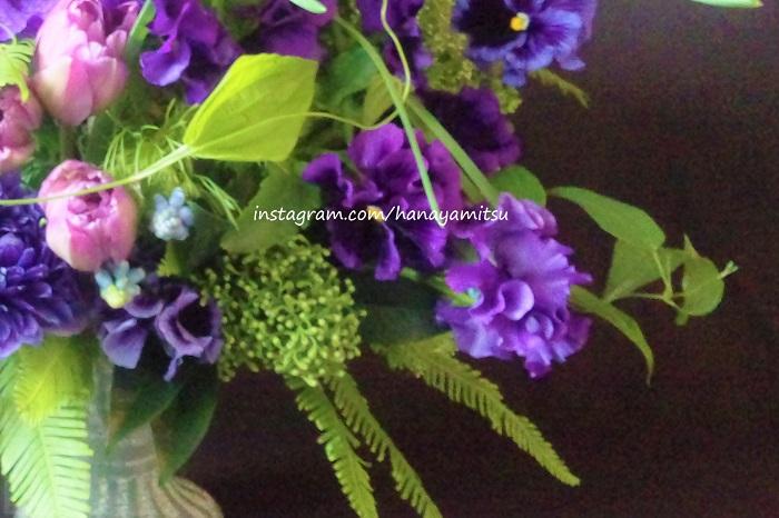 もう一つ、パンジーを活けるときにはその蕾も見逃さないであげてください。俯き加減につく蕾はそれだけでとても可愛らしい要素となりますし、しばらく待つと開いて小さなお花になる姿もまた可愛らしいところです。