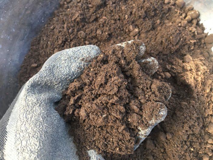 ピートモスの主成分の水苔やシダ類が堆積、炭化し固まったものを洗浄し、乾燥させ細かく砕いたものです。  ピートモスは有機質用土の一つですが、ピートモスだけで用土として使用するよりも、植物を育てる土を改良するための「改良用土」として主に活用されています。  酸度がph4.0前後の酸性なので、使用する際は、石灰やくん炭などを使用して、酸度調整を行います。一部酸度調整がされている製品もありますので、購入の際には必ず酸度調整の有無を確かめましょう。  酸度調整されていないピートモスは、ブルーベリーなどの酸性土壌を好む植物の土を酸性に傾けたいときに使用します。  反対に、調整されているピートモスは保水性や保肥性をUPさせたい時の土壌改良材として使用されたり、種まき用土として使用します。