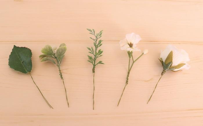 主となる大きめの花以外のパーツをワイヤリングします。