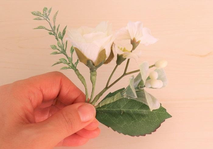 パーツを横並びにしてバランスを見ます。  写真親指の爪の上ぐらいの位置に、主となる大きめの花を最後にのせるイメージをします。