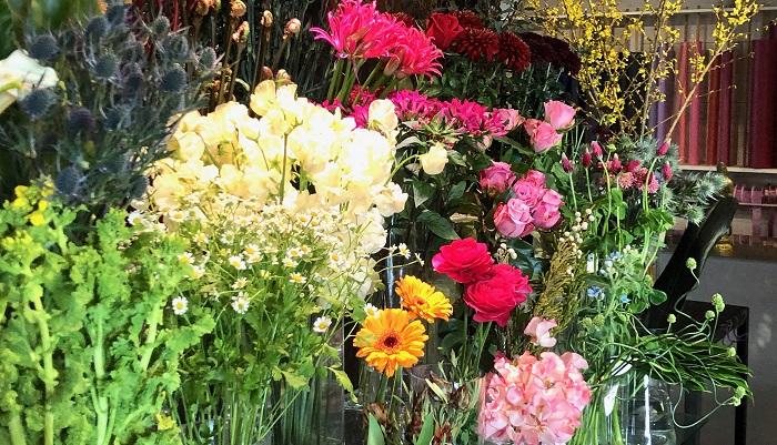 「値段も明確化して、お客様に選んでいただく楽しみを提案するよう心がけています。ショーケースのない生花店はこちらではあまりないのですが、見やすく買いやすい売り場を作るようにしています。骨董とお花の組み合わせを楽しむように、選んでいただけたら」とおっしゃっていました。