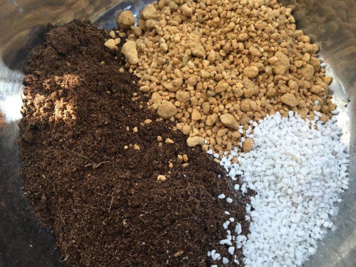 ピートモスが十分に水を吸いきったら、使用する植物にもよりますが土全体の1〜5割で混ぜて使います。  土壌改良に重点をおいた配合なら、全体の土の量に対し2〜3割程度の割合でピートモスを投入しましょう。