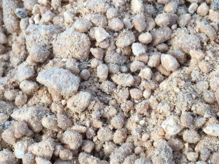 栃木県の鹿沼地方で取れる火山灰の一種の用土のため、鹿沼土も軽石の一種です。通気性、排水性、水もちの良い用土です。他の用土と違うのは、やや酸性に傾いているところです。サツキを育てるために適した水もち、通気性、酸性の土として、盆栽家によって広められました。