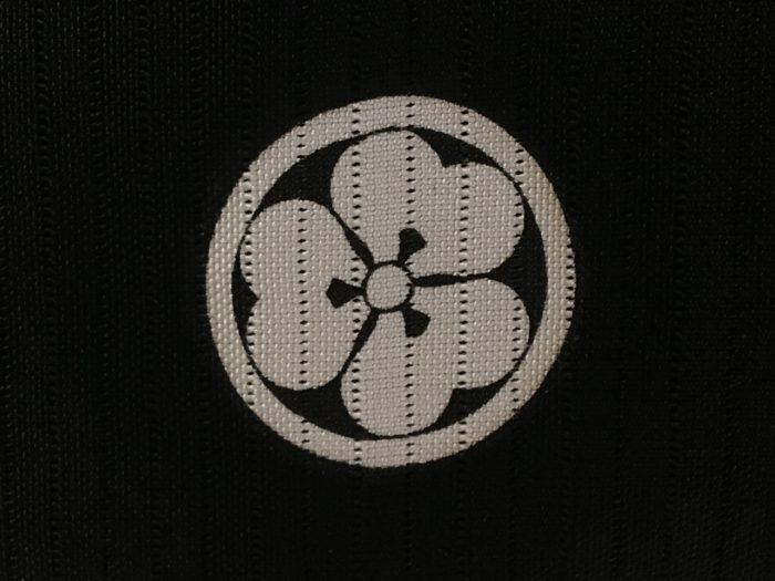 家紋:丸に片喰  カタバミの葉の形をよく見ると、ハート形の葉が3枚バランスのとれた綺麗なフォルムをしています。  武家の間では強い繁殖力のあるカタバミのように、家がいつまでも絶えず続いていくという願いを込めて家紋によく使われ、日本の五大家紋の一つとなっています。  どれほど子孫繁栄を願っていたのかが分かる、カタバミの繁殖力を良く観察した家紋ですね。  ※日本の五大家紋…鷹の羽紋・片喰紋・木瓜紋(もっこうもん)・藤紋・桐紋