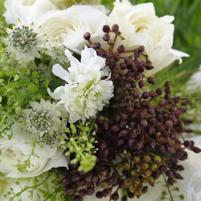春のお花はとても瑞々しくて香りがいいのが特徴です。花束は、自分の手の中でお花を組み上げていくので、その瑞々しいエネルギーを受け取りやすいのもいいところです。